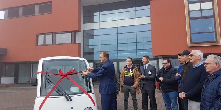 Wethouder Roel Haverkort showt het nieuwe shuttlebusje van Nij Smellinghe.