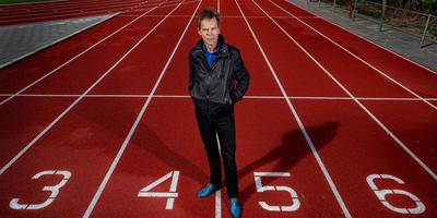 Kees van Anken op de gerenoveerde atletiekbaan van atletiekvereniging Lionitas in Nijlân. FOTO NIELS DE VRIES