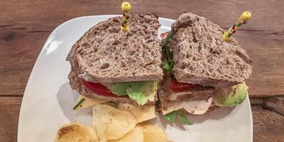 Fotograaf Pieter Postma gaf de door de verslaggever gemaakte foodfoto's op de computer ,,een kleine boost''. Hij paste de helderheid aan en de lichtte de kleuren op. Ook poetste hij het witte bord met de sandwiches en chips schoon. Het bord pasta haalde hij naar voren en hij maakte de bieslook groener. De bovenstaande foto is niet bewerkt.