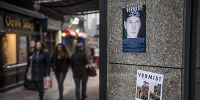 Op diverse plaatsen in Leeuwarden, zoals hier bij de Doelesteeg, hangen posters van de vermiste Remon Bruinsma. FOTO HOGE NOORDEN/JACOB VAN ESSEN