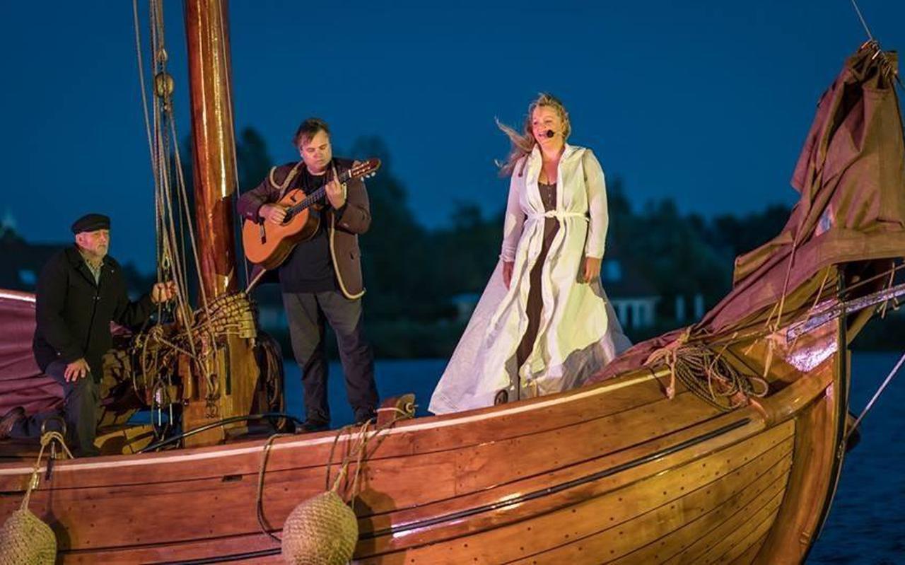Gitarist Herman Woltman en zangeres Ella de Jong op het voordek van het houten skûtsje Æbelina tijdens de voorstelling van  Myn skip , vorig jaar in Earnewâld.  Foto piet douma