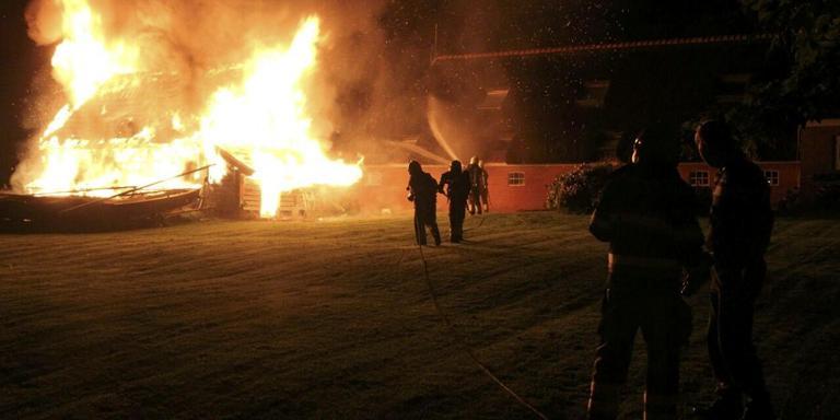 Garage brandt uit in Ee. FOTO DE VRIES MEDIA