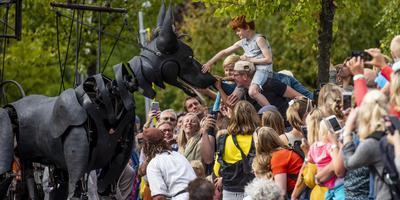 De Reuzen van Royal de Luxe trokken in augustus honderdduizenden bezoekers naar Leeuwarden.
