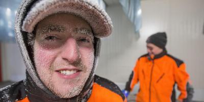 De 24-jarige Jostan Döderlein de Win in de diepvriescel: ,,In plaats van een pet had ik toch beter even een muts op kunnen doen.'' FOTO RENS HOOYENGA