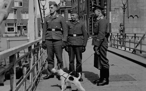 Heinz Boeke (links) met twee kameraden in Harlingen.