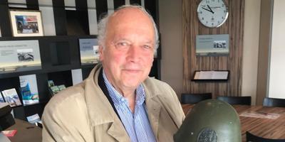 Zoon Egbert Myjer bracht de helm van zijn vader Bob bij het Kazemattenmuseum.