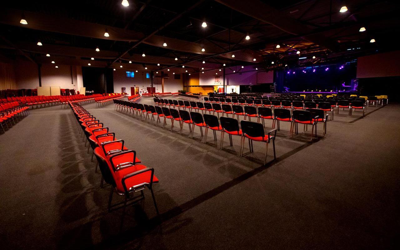 De kerkzaal van de Bethel kerk in Drachten is Coronaproof ingericht. Zo zijn er looproutes en zijn de stoelen 2 meter uit elkaar gezet. De kerk laat maximaal 300 mensen toe bij een kerkdienst.