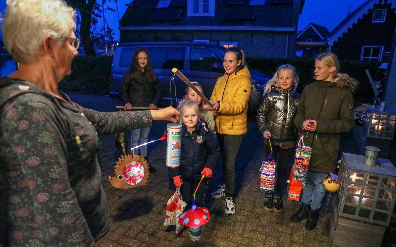 Marianne Zoetmulder vult de collectebus aan de anderhalvemeterstok van (v.l.n.r.) Mila, Chantal, Zoë, Marlies, Amy en Annemarije.