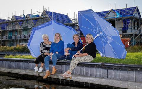 Mariet Swart, Erica Busscher, Tineke Zuurveen en Helga Kooijstra (vanaf links) voor de nieuwbouw op It Eilân.