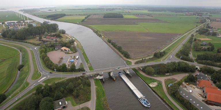 De brug bij Spannenburg over het Prinses Margrietkanaal. FOTO LC