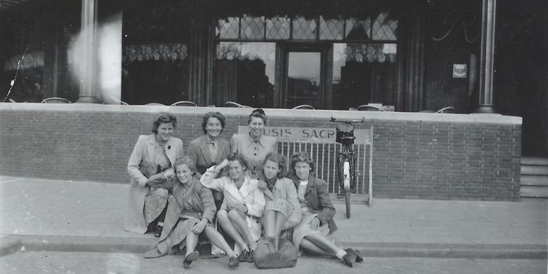 Jeanne Dientje Evenhuis (onderste rij, tweede van rechts), met NS-collega's op het station Arnhem Centraal in 1942.