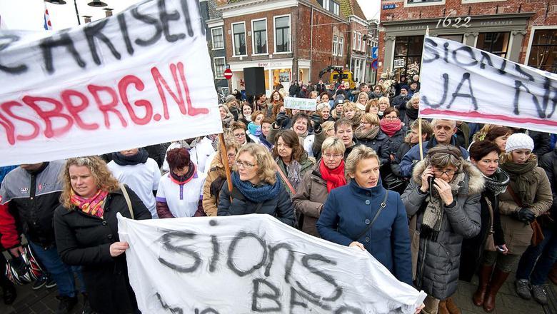 Een betoging in Dokkum om het failliete ziekenhuis De Sionsberg voor de regio te behouden, eind 2014.
