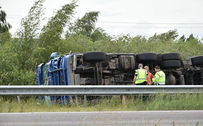 A32 bij Meppel afgesloten door gekantelde vrachtwagen, chauffeur raakt gewond.
