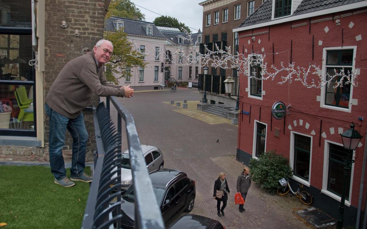 Jes Wassenaar kijkt op het Herenwaltje. De wandelaars beneden lopen waar dinsdag nog een flink gat zat.