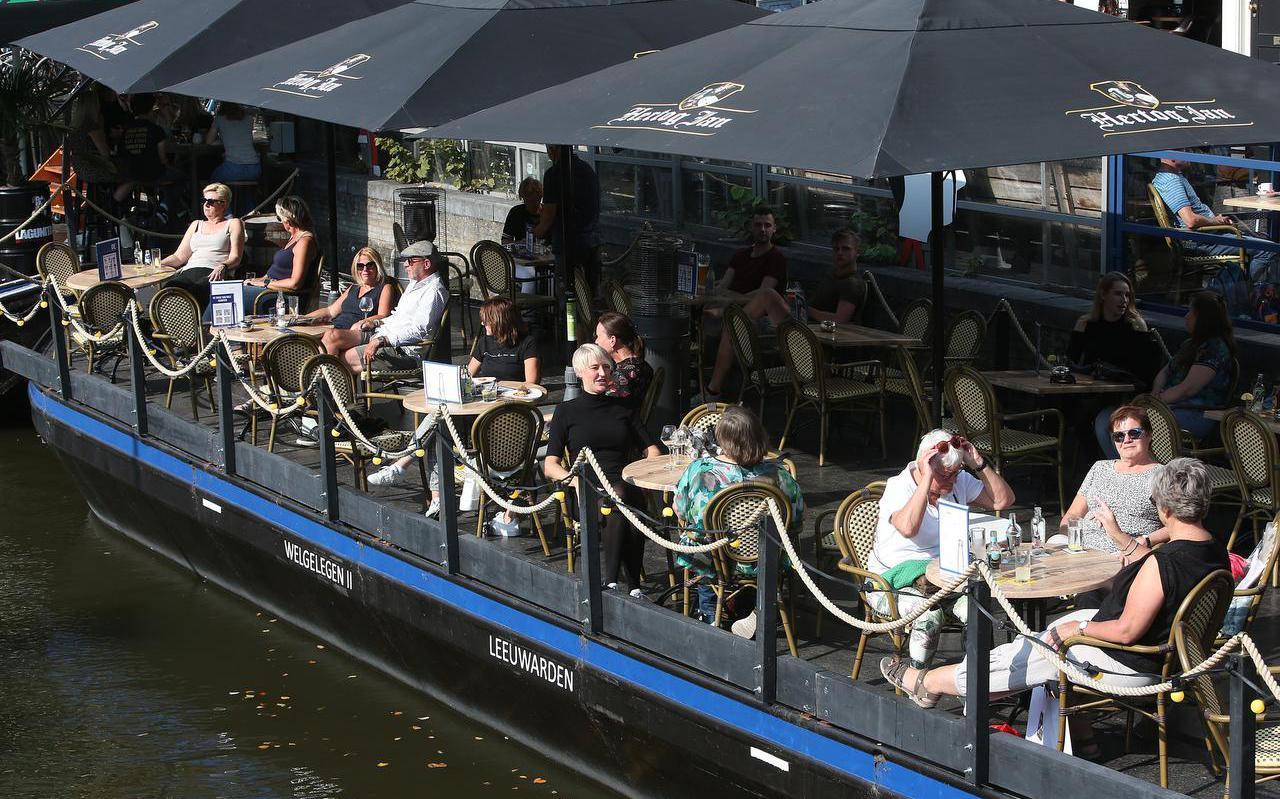 Drukte op de terrassen aan de Nieuwestad in Leeuwarden vorig jaar.
