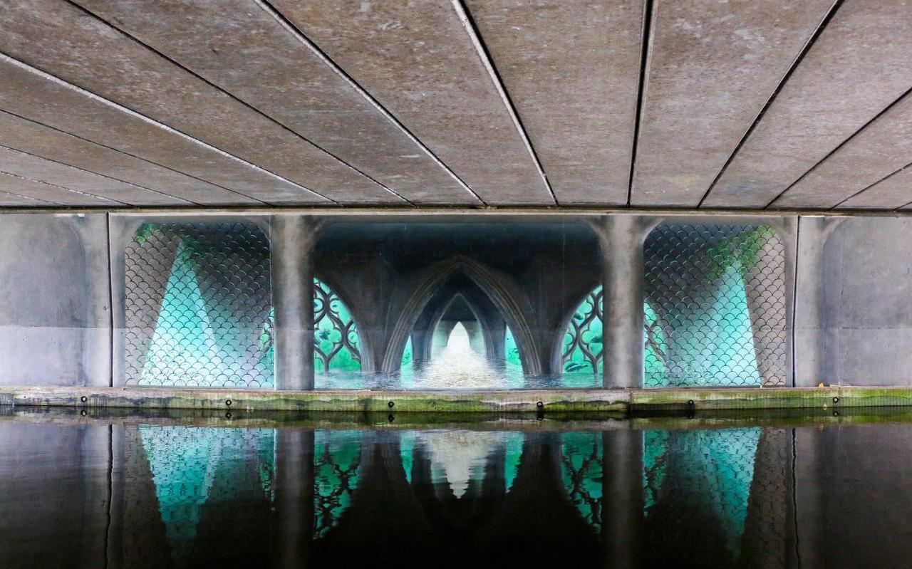 Verzonken tempel onder de Oostergobrug van kunstenaar L.J van Tuinen; opgenomen in de route van Worm langs street art.