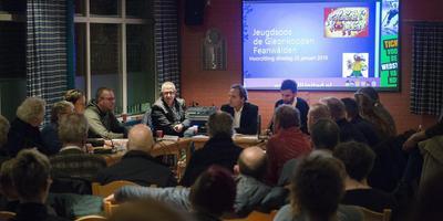 Actiegroep de Gleonkoppen presenteert het bidbood voor de kelder in Feanwâlden. FOTO MARCEL VAN KAMMEN