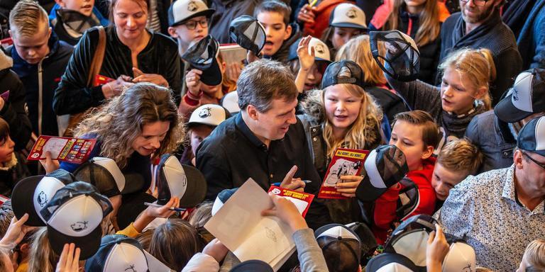 Zeshonderd kinderen verdringen zich in de foyer van Theater Sneek rond bestseller-auteur Jeff Kinney voor een handtekening. FOTO NIELS DE VRIES