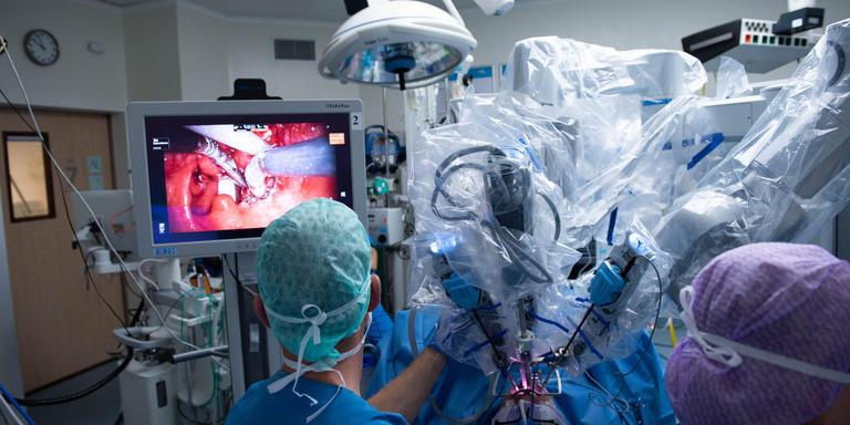 KNO-artsen van MCL opereren met een robot in de mond van een patiënt.