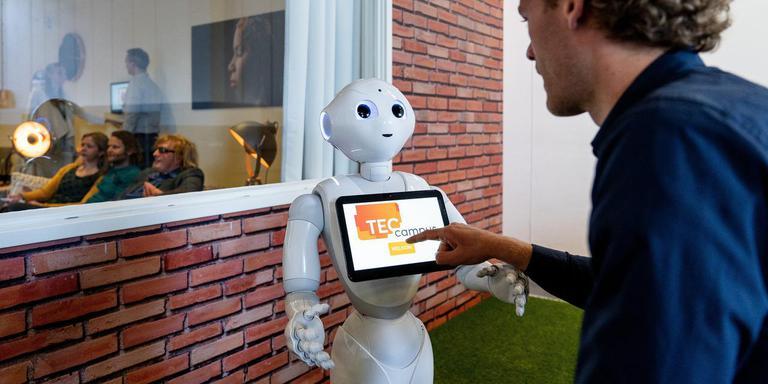 Jeffrey Meijer van Friesland Boeit praat met robot Pepper bij de opleidingscampus van VodafoneZiggo in Amsterdam. FOTO FRANK MEESTER FOTOGRAFIE