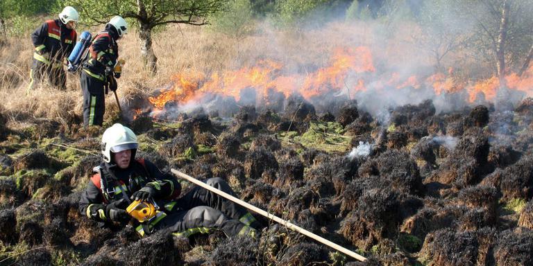 Een brand in het Fochteloerveen. FOTO GERRIT BOER