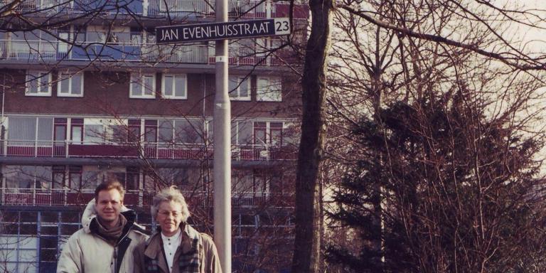 Zoon Hugo met Jeanne in de Jan Evenhuisstraat in Leeuwarden. De straat is vernoemd naar Jeanne's vader.