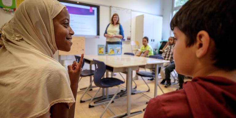 Presentatie van de Friese versie van de verhalen over de vluchtelingenkinderen Jamil en Jamila op basisschool Twa Fjilden.