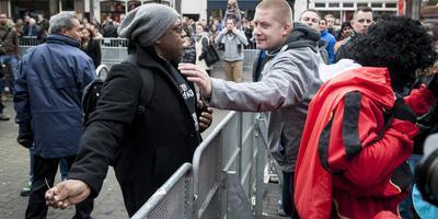 Voor- en tegenstanders van zwarte piet in discussie tijdens de landelijke Sinterklaasintocht in Meppel in 2015. FOTO MARCEL JURIAN DE JONG
