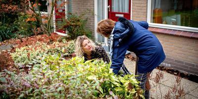 Jolanda Booi op bezoek bij Mattie Kloosterman om haar te adviseren over haar tuin. FOTO JILMER POSTMA