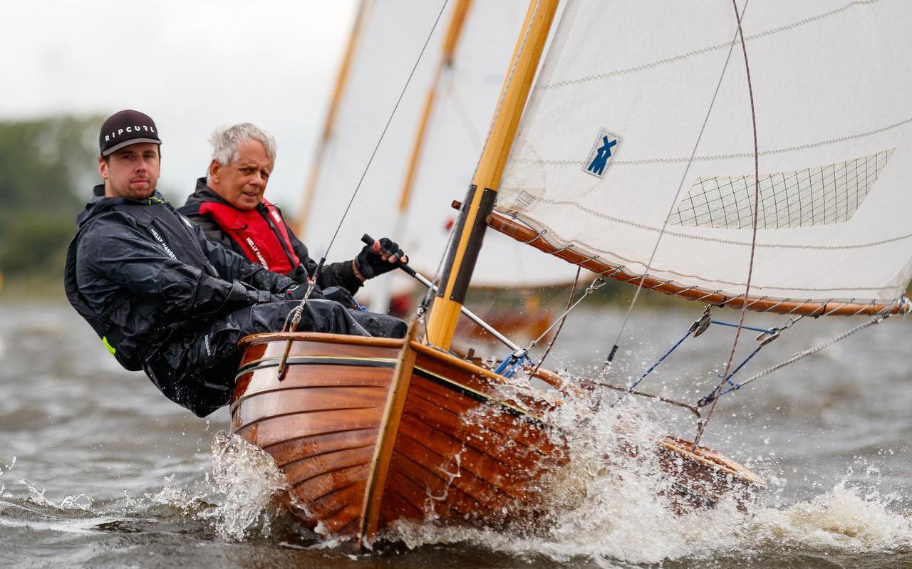 Erik van der Meer (rechts) en zoon Floris zijn in hun Twaalfvoetsjol op weg naar de zege in de Heropeningswedstrijden op de Snitser Mar.