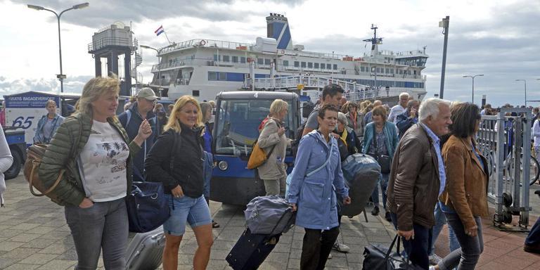Aankomst van de boot op West-Terschelling. Zodra het systeem voor inning van toeristenbelasting is ingevoerd moeten passagiers in- en uitchecken door middel van chipcard of app. FOTO JAN HEUFF