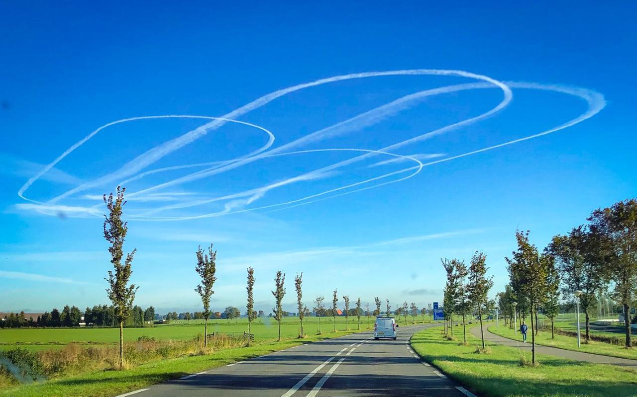 Boven Friesland waren donderdagmorgen opmerkelijke ronde strepen van een vliegtuig te zien. Deze foto werd genomen vanuit Sneek.