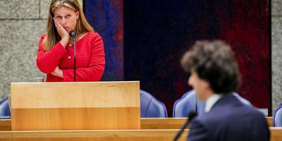 Carola Schouten, minister van Landbouw, Natuur en Voedselkwaliteit, in debat met Jesse Klaver (GroenLinks) tijdens het debat met de Tweede Kamer over de aanpak van de stikstofproblematiek.
