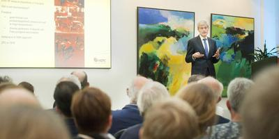HZPC directeur Gerard Backx deed donderdag in het gebouw van de Leeuwarder Courant het succes van Nederlandse poters uit de doeken. FOTO MARCEL VAN KAMMEN
