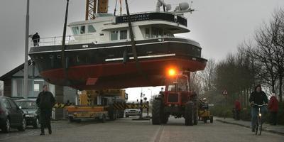 Een 35 ton wegend jacht van Privateer Yachts hing op 5 februari 2007 in de takels, voor watersportbeurs Boot Holland in het Leeuwarder WTC Expo.