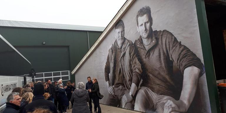 Hans Anema verwelkomt de groep even voor zijn portret met vader Douwe. FOTO GITTE BRUGMAN