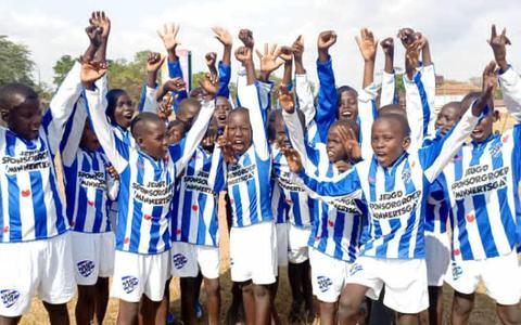 Voetballers uit Oeganda stralen in afgedankte pompeblêden van VV Minnertsga