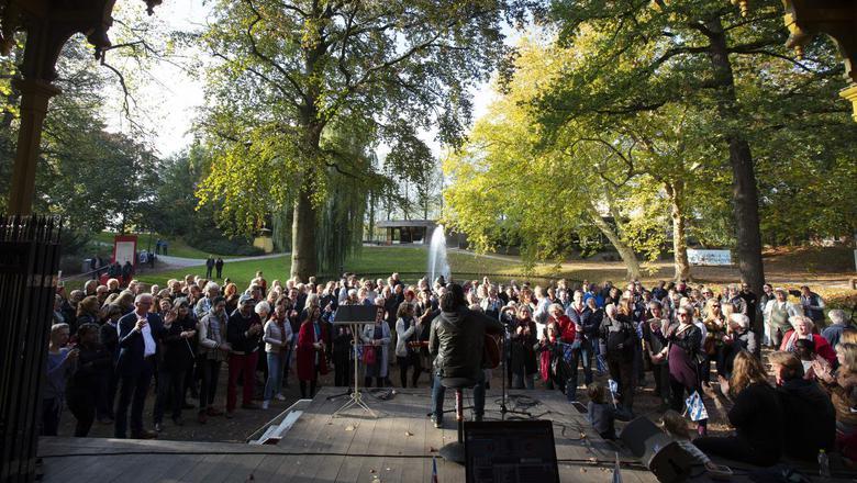 Muzikant Frenk dos Santos tijdens de manifestatie F)rede fan Fryslân in de Prinsentuin. FOTO HOGE NOORDEN/JAAP SCHAAF