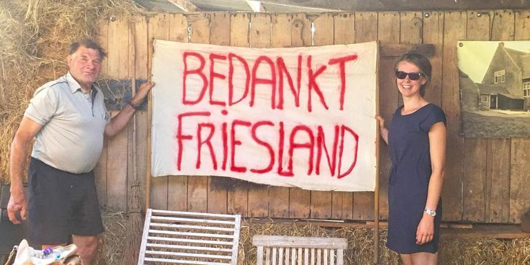 Hanneke Jorritsma en Willem Nell poseren met het Elfstedenspandoek uit 1997.