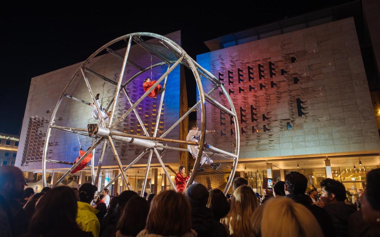 Het Culturele Hoofdstadjaar werd in Valletta geopend met allerhande acts. LF2018-directeur Tjeerd van Bekkum (links op de foto boven) en LF2018-bestuurder Wiebe Wieling woonden de festiviteiten bij. Wayne Makrantoni en zijn vrouw Amanda (foto rechts) over V18: ,,Wij zijn altijd al heel trots geweest.'' FOTO JAIMIE IAIN GENOVESE