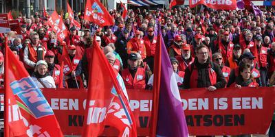 Bij de demonstratie voor een lagere pensioenleeftijd liepen 1500 mensen door de Leeuwarder binnenstad. Foto niels westra