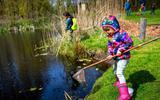 132 kinderen gingen al op jacht naar waterbeestjes: contactloos op excursie met een rugzak van It Fryske Gea