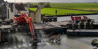 Van de oude brug in Dronryp is al niks meer over. Het is daardoor ook geen bestaand bouwwerk meer. FOTO LC/ARODI BUITENWERF