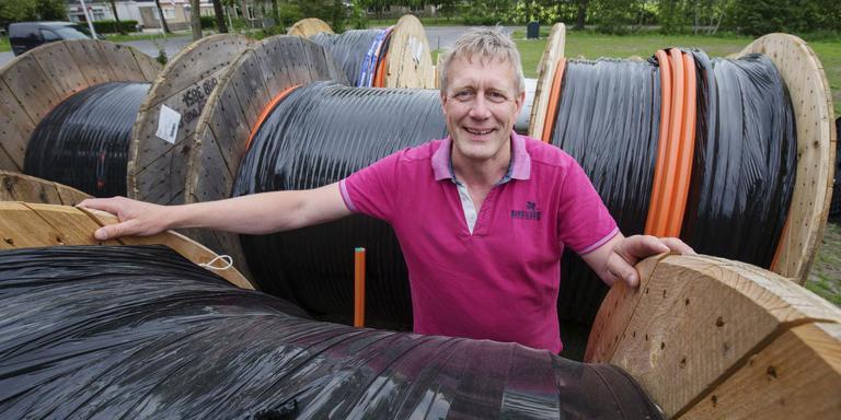 Edwin Pietersma tussen de rollen glasvezel die in Jonkerslân klaar liggen om de grond in te gaan. FOTO RENS HOOYENGA