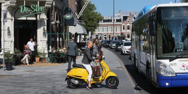 Gebruikers van het terras van café De Stee in Leeuwarden zien een continue stroom auto's aan zich voorbij trekken. FOTO NIELS WESTRA