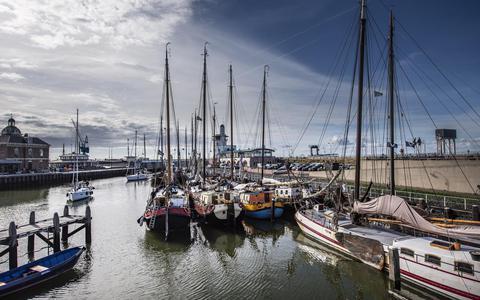 De charterschepen van de Bruine Vloot voor de wal in Harlingen.