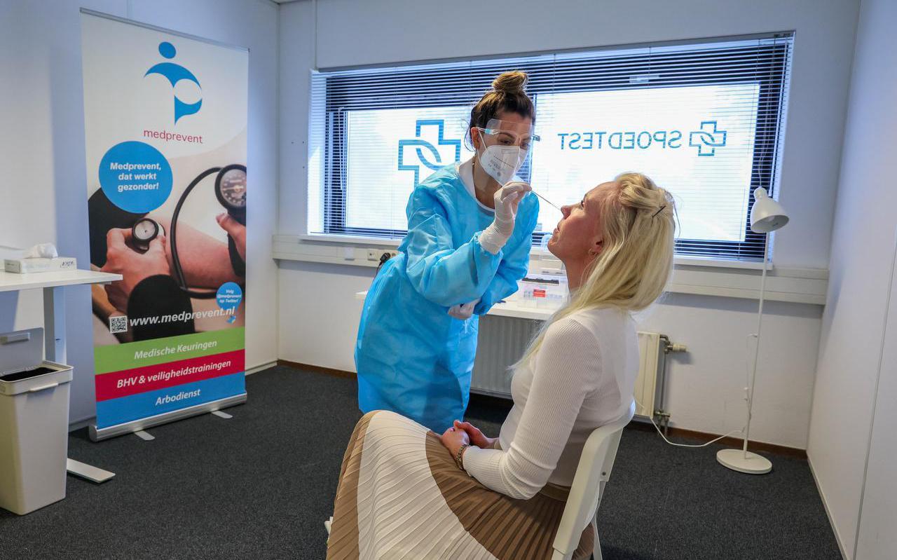 Desi Dorenbos voert een spoedtest uit bij Janneke Hoitinga, directeur van arbodienst Medprevent.