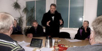 Een groep met als woordvoeder Frank Hulsebos biedt de fractie van Algemeen Belang Ameland een lijst met zeven punten aan waarom grootschalige bebouwing voor de Amelanders ongewenst is.