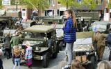 Oude legervoertuigen van Keep Them Rolling op de Markt in Dokkum in 2017.