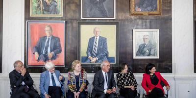 Zes oud-Kamervoorzitters op een rijtje. Van links naar rechts Wim Deetman, Piet Bukman, Jeltje van Nieuwenhoven, Frans Weisglas, Gerdi Verbeet en Khadija Arib. Op het schilderij middenonder staat de beeltenis van Anne Vondeling.